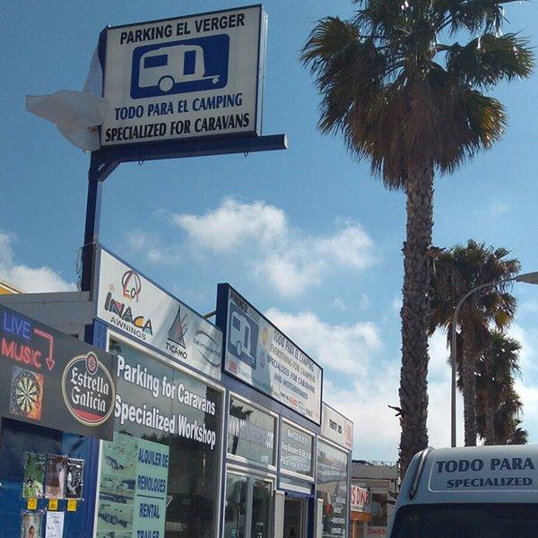 Banderín indicativo tienda Parking santa ana