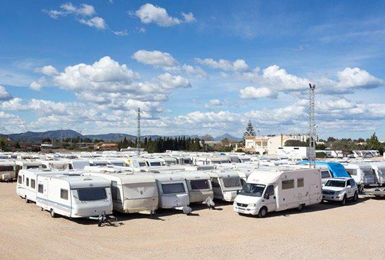 Caravanas ordenadas en el parking exterior