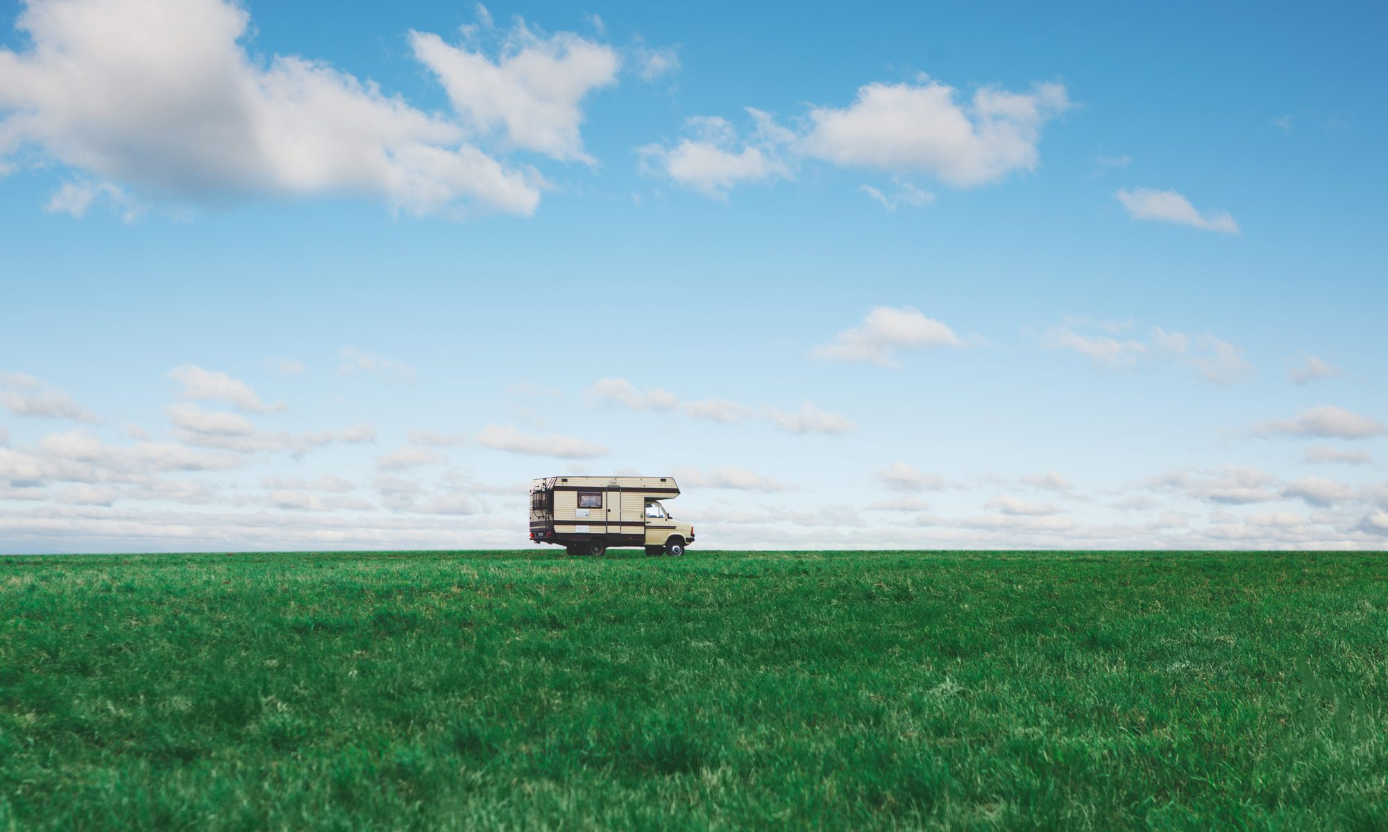 Autocaravana en el horizonte en vergel Denia oliva